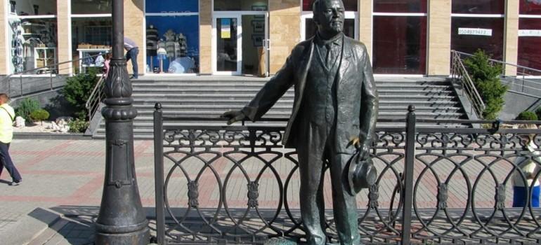 Памятник Куприну на набережной Балаклавы